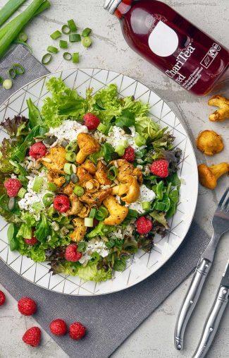 Salat mit Pfifferlingen Himbeeren und Frischkäse