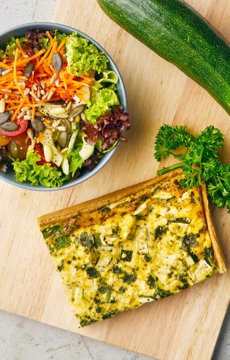 Zuchini Schafskae Quiche mit kleinem Salat