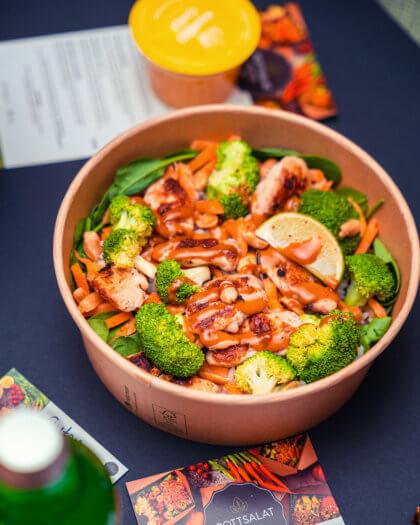 Bowl mit Hähnchen und Erdnuss Dip